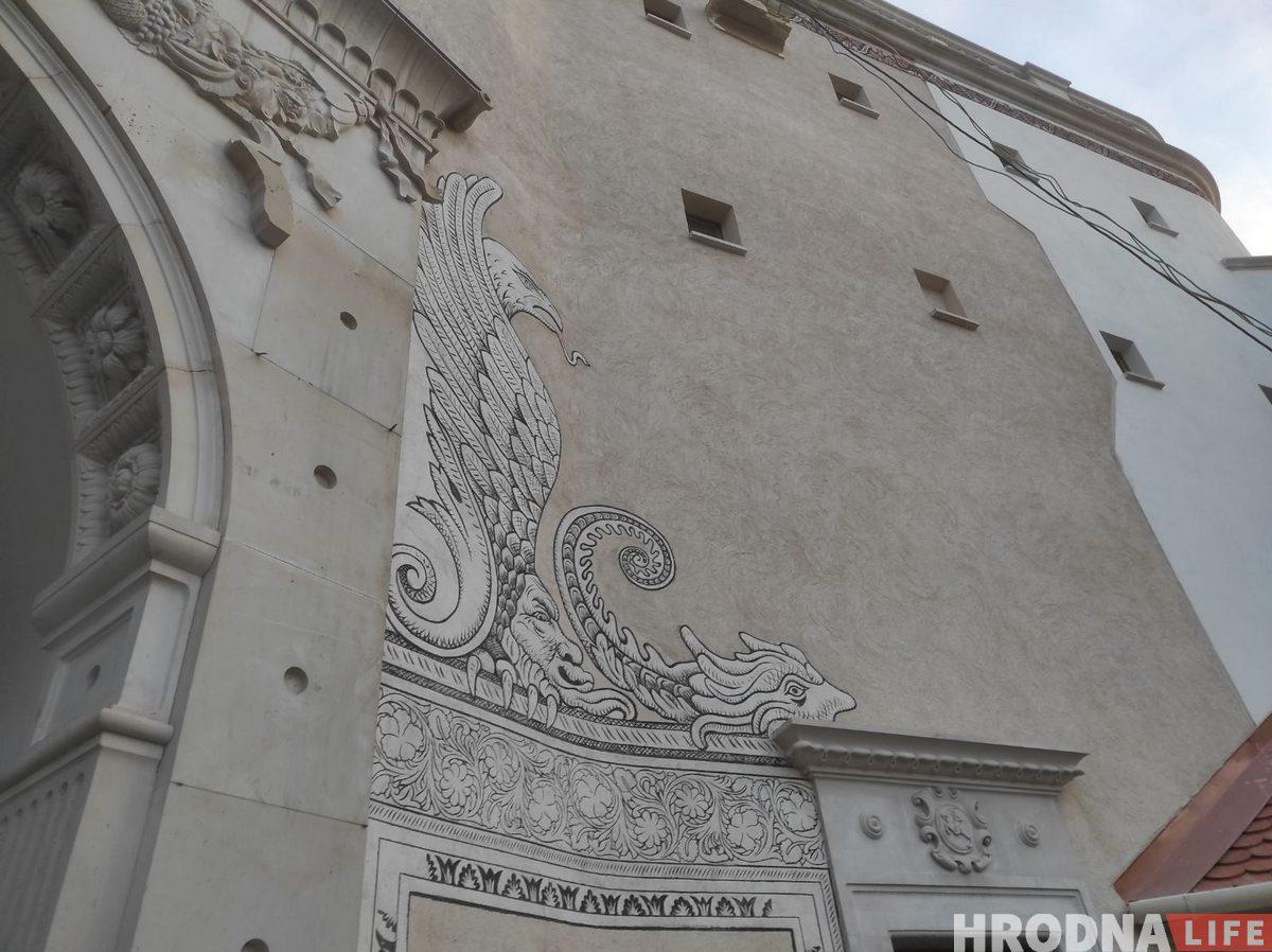 Над брамай з'явіўся герб Рэчы Паспалітай. Што яшчэ цяпер адбываецца ў Старым замку. Фота