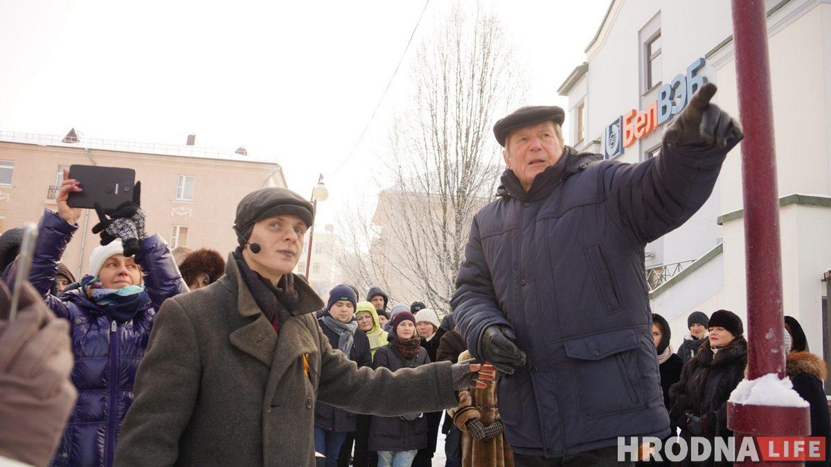 Яўген Пікаловіч падчас экскурсіі па тэрыторыі былога гета ў 2019 годзе. Фото: Ірына Новік