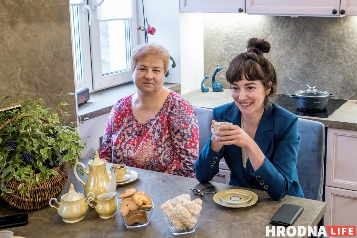 Хозяйка квартиры Елена Корс и дизайнер Надежда Давкшис в квартире на 1 Мая, 18