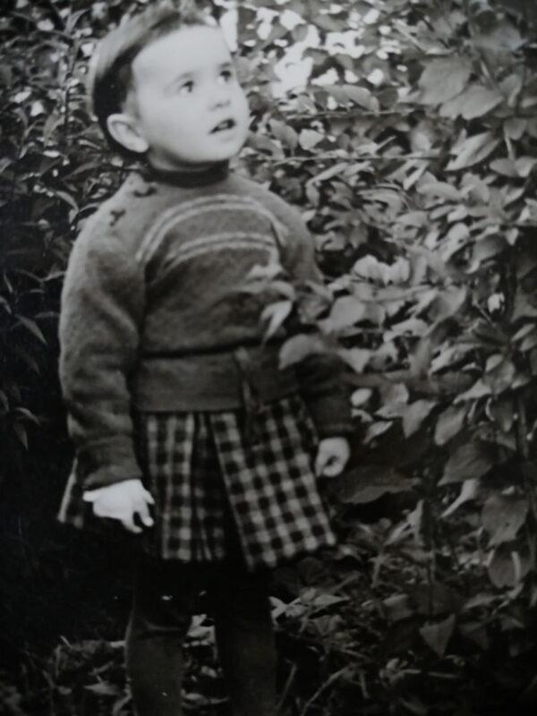 Навагрудак. Марына Загідуліна кветніку бабулі Марыі Шумскай. 1957 г.