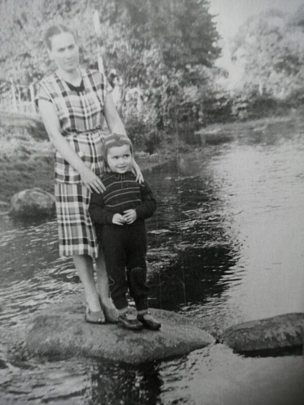 Марына Загідуліна з мамай. На рэчцы ў Новым Свержні. 1958г.