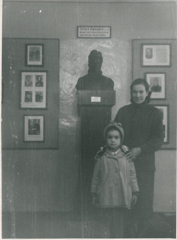 Марына Загідуліна з мамай у чытальнай зале бібліятэкі Дома Ажэшкі