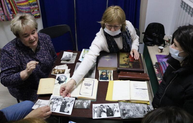 """Марына Загідуліна расказвае пра сваю сям'ю на """"Жывой бібліятэцы"""" 6 траўня ў Гродне. Фота: uzv.by"""