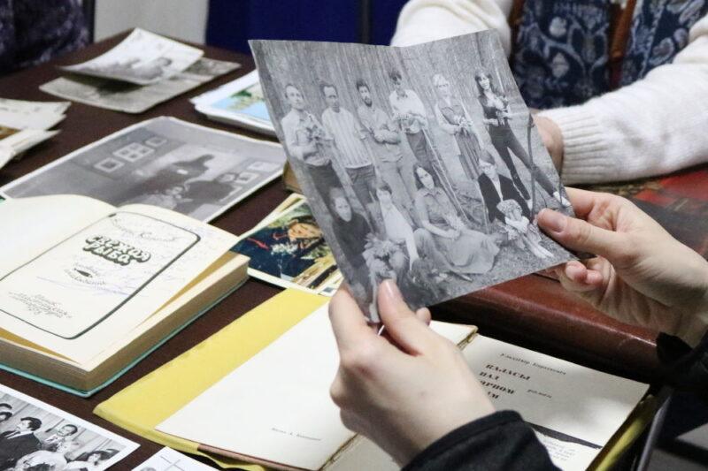 """Удзельніца """"Жывой бібліятэкі"""" разглядае фота з сямейнага архіву Марыны Загідулінай. Фота: uzv.by"""