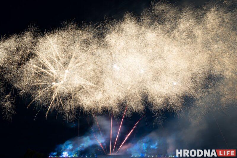 Салют Дня Независимости в Гродно: красно-зеленые цвета и лазерные флаги (фото)