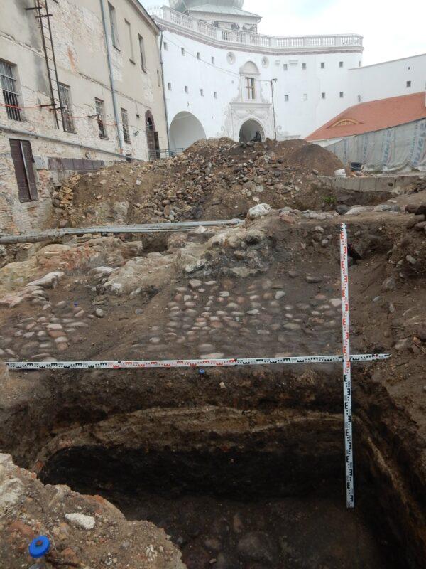 Некалькі пластоў ходнікаў і камень з каронай. Што знайшлі на раскопках у Старым замку